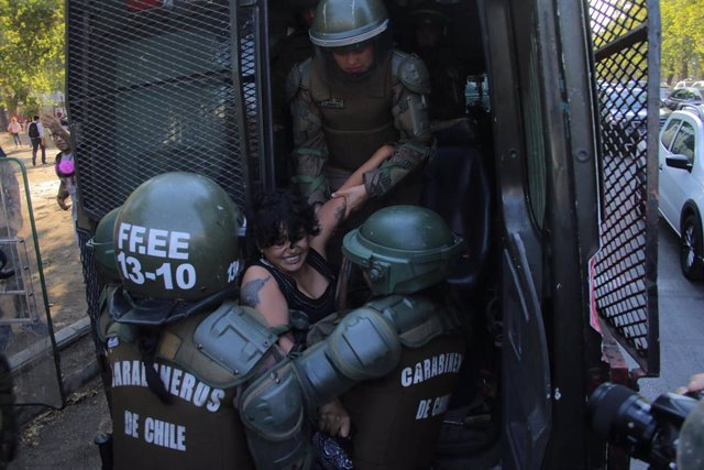 Un mujes es detenida por agentes de Carabineros durante una de las protestas contra el Gobierno de Sebastián Piñera celebrada en Santiago, Chile.
