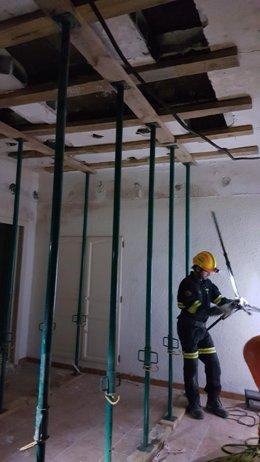 Intervención en un edificio de Sagunto tras la caída del techo de una vivienda