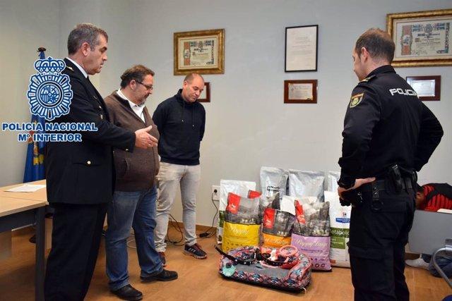 Agentes de Policía Nacional con el material incautado