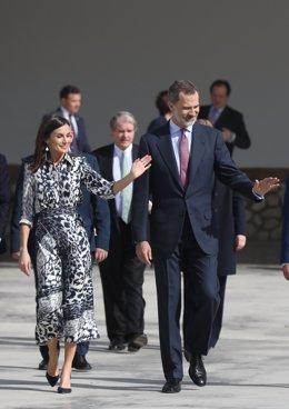 Los reyes, a la salida del centro educativo Escuelas Profesionales Sagrada Familia-Fundación Peñaflor, ganador del Premio 'Escuela del año 2019' de la Fundación Princesa de Girona. Écija (Sevilla) a seis de febrero del 2020