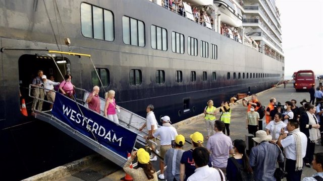 Los pasajeros del crucero 'Westerdam' comienzan a desembarcar en Camboya.