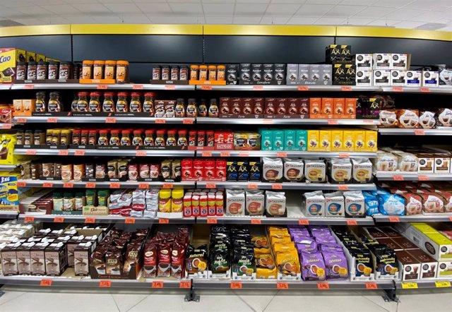 Sección de cafés y polvos solubles en un supermercado