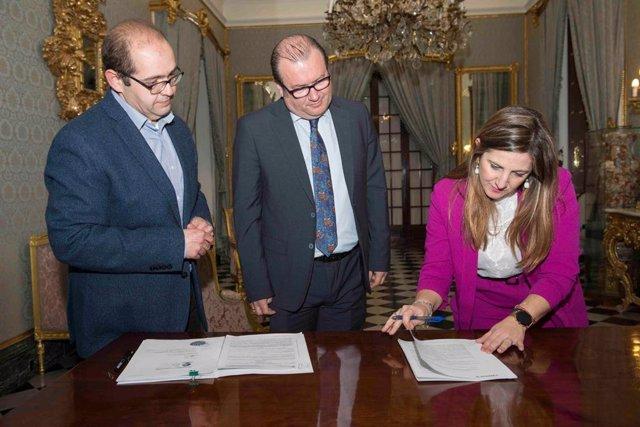 Irene García suscribe créditos con Diputación