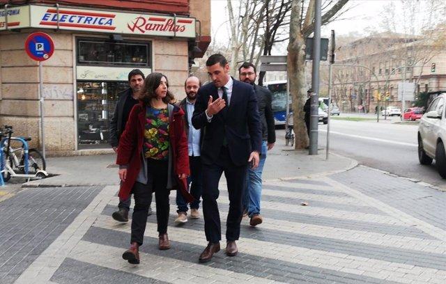 Neus Truyol llegando al Juzgado acompañada por su abogado y tres compañeros de partido.