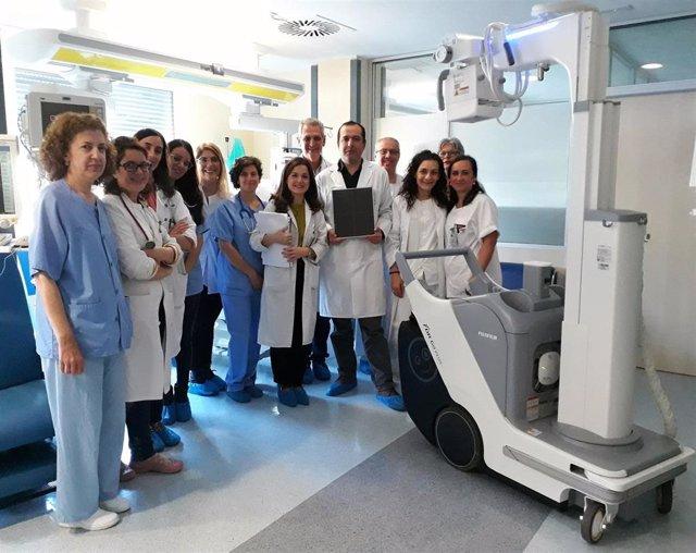 Instalaciones de Neonatología con profesionales de este servicio y responsables de Radiodiagnóstico junto a uno de los dos equipos portátiles de radiología digital adquiridos por el Hospital de Valme.