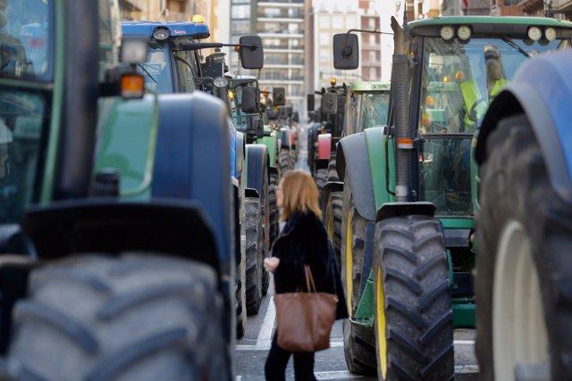 """Línea de tractores durante la manifestación organizada por agricultores y ganaderos para denunciar la """"situación límite"""" que viven los trabajadores del sector primario, en Valencia (España), a 14 de febrero de 2020."""