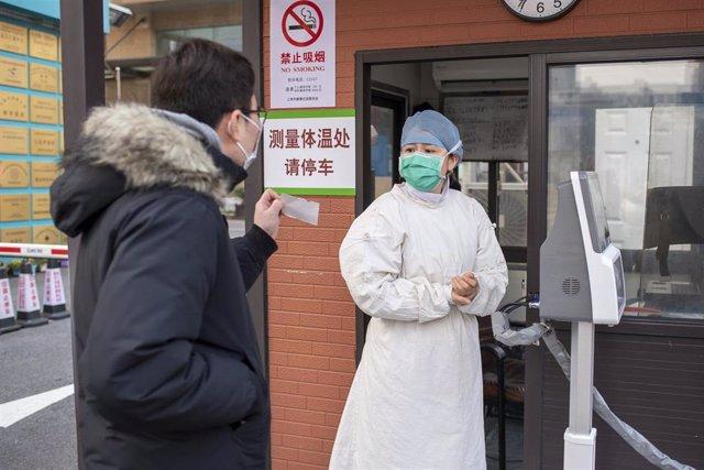 Un hombre llega a un hospital para una cita médica en Shanghái