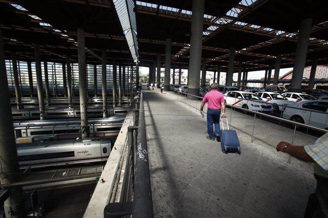 Un viajero sale con su maleta de la estación de Atocha (Madrid)