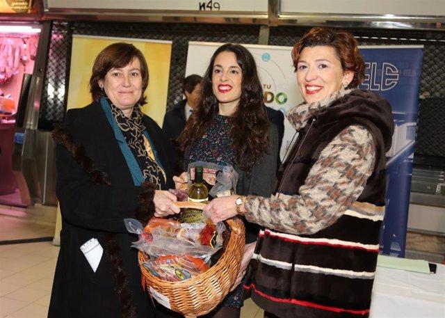 La concejal de Promoción Económica, Susana Travesí, entrega el premio 'Ven a tu mercado' a la ganadora.