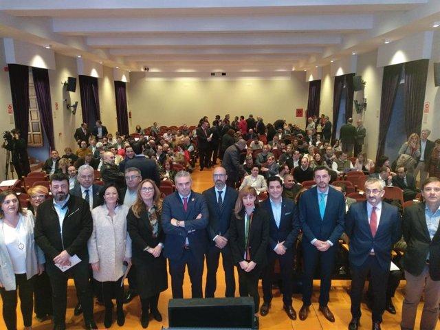 Montoro (centro), entre otras autoridades y ponentes, en la inauguración del  I Encuentro Regional de Municipios Inteligentes