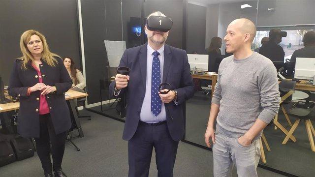 El vicepresidente de C-LM, José Luis Martínez Guijarro, usando unas gafas de realidad virtual