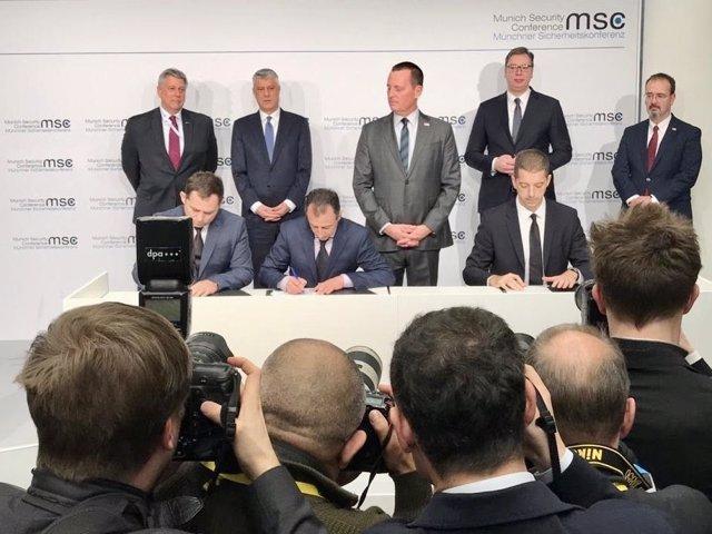 Aleksandar Vucic y Hashim Thaci firman el acuerdo ferroviario Serbia - Kosovo