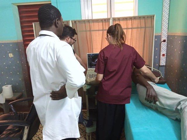 Especialistas, personal local y pacientes en Burkina Faso