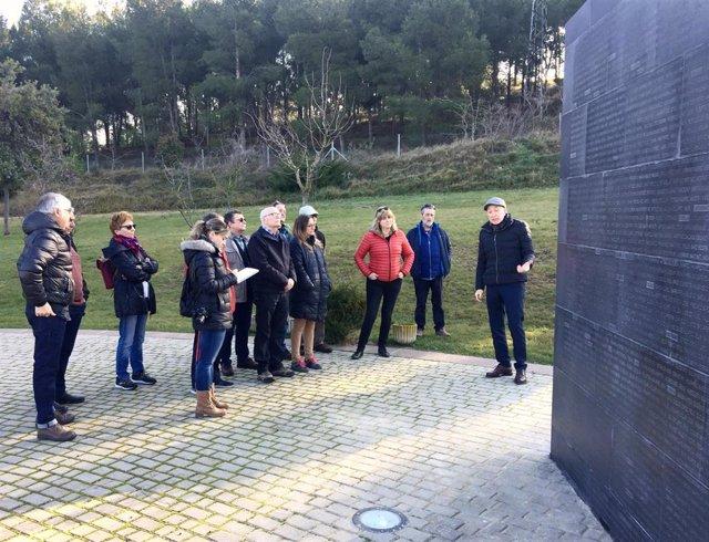 La consejera Ollo visita los trabajos de reparación del muro del Parque de la Memoria de Sartaguda
