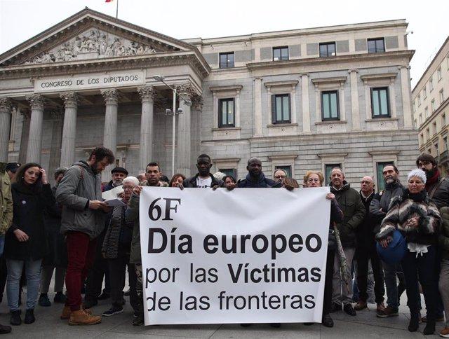 Varias personas se concentran con una pancarta en la que se lee, `6F, Día Europeo por las Víctimas de las fronteras