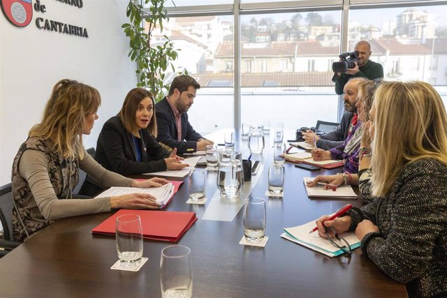 La consejera de Presidencia, Interior, Justicia y Acción Exterior, Paula Fernández Viaña, se reúne con miembros de las federaciones de padres de alumnos FAPA y CONCAPA en una mesa de trabajo para abordar las actuaciones en materia de juego