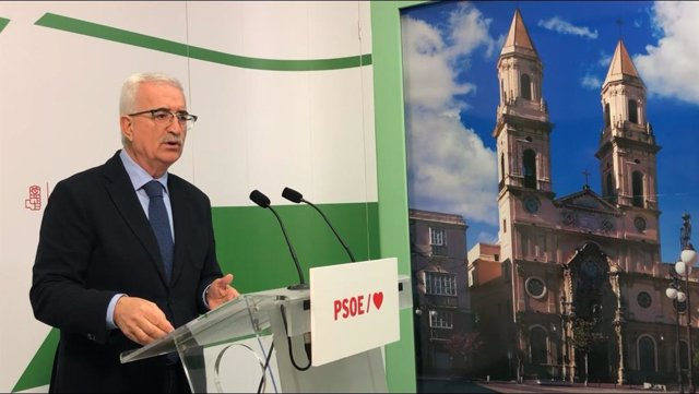 El portavoz adjunto del Grupo Parlamentario Socialista Manuel Jiménez Barrios en rueda de prensa