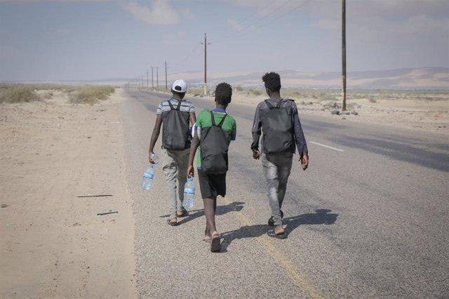 Migrantes caminando por la costa de Shabwah, en Yemen