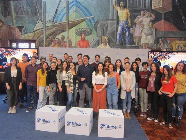El presidente del Cabildo de Tenerife, Pedro Martín, y la consejera de Acción Exterior, Liskel Álvarez, en el acto de bienvenida a los beneficiarios del programa 'Becas África'