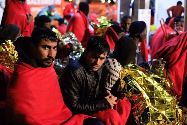 Inmigranes procedentes de una patera a la deriva al puerto de Melilla siendo atendido por voluntarios de la Cruz Roja en Melilla  a 27 de noviembre 2019