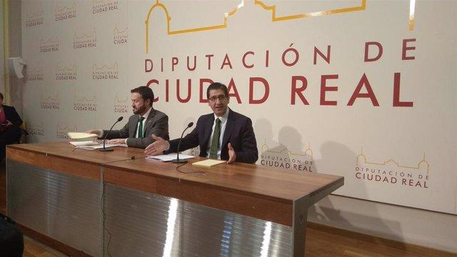 El consejero de Desarrollo Sostenible, José Luis Escudero, y el presidente de la Diputación de Ciudad Real, José Manuel Caballero, en rueda de prensa