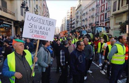 """El campo valenciano toma las calles por su futuro y exige medidas al Gobierno: """"Pedro, ayúdanos o pereceremos"""""""