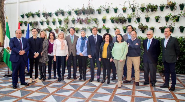 Repullo (centro) con los reconocidos por el Día de Andalucía