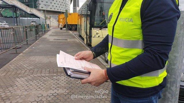 Un agente inspecciona un autobús de transporte escolar en Sevilla
