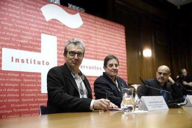 El presidente de la Academia de las Artes y las Ciencias Cinematográficas de España, Mariano Barroso (i), el director del Instituto Cervantes, Luis García Montero (c), y el vicepresidente primero de la Ademia de las Artes y las Ciencias Cinematográficas,