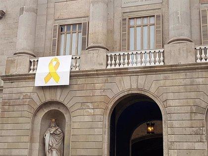 Un juez prohíbe poner un lazo amarillo en el Ayuntamiento de Barcelona porque vulnera derechos