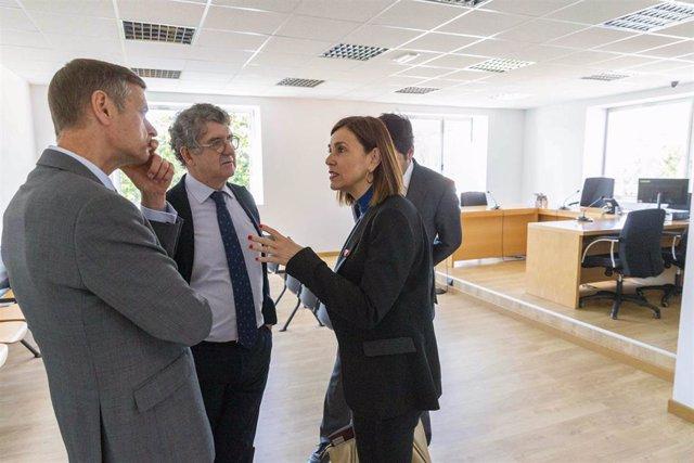 La consejera de Presidencia y Justicia, Paula Fernández Viaña, y el presidente del TSJC, José Luis López del Moral, visitas las mejoras de los juzgados de Medio Cudeyo