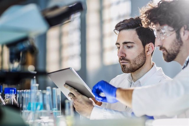 Dos investigadores trabajando