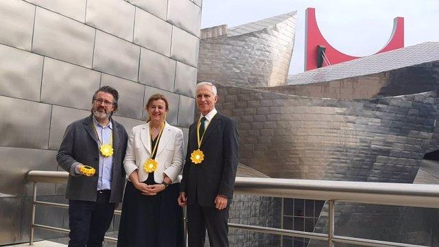 Olafur Eliasson, Teresa Laespada Y Juan Ignacio Vidarte, Ante El Museo Guggenheim En Bilbao
