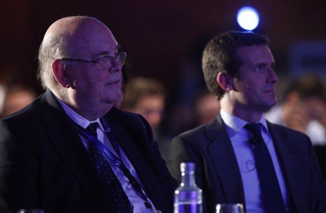 (I-D) El embajador de Guaido (Venezuela) en España, Antonio Ecarri y el presidente del Partido Popular , Pablo Casado, durante la I Concordia Europe - AmchamSpain Summit.