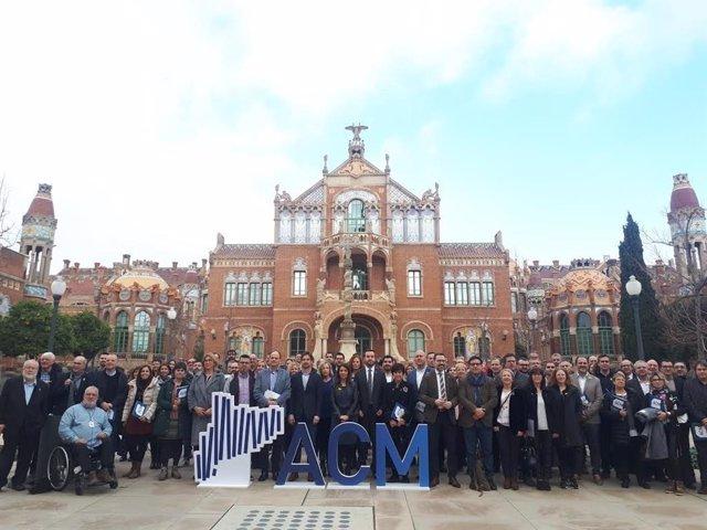 El president de l'ACM, Lluís Soler, i la consellera de la Presidència, Meritxell Budó, amb alcaldes de municipis de Catalunya.