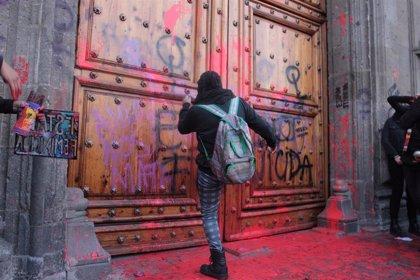 Movimientos de mujeres protestan contra el feminicidio ante la residencia presidencial de México