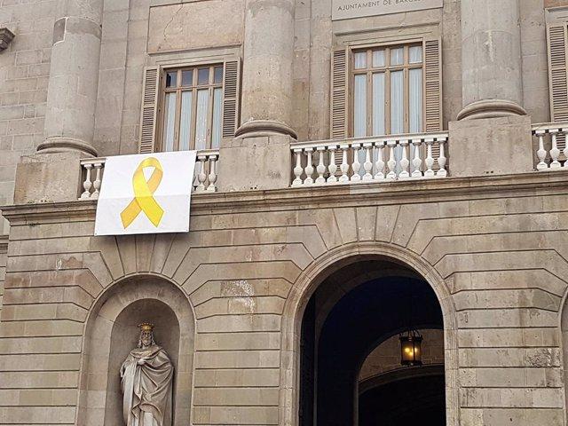 Una pancarta amb un llaç groc al balcó de l'Ajuntament de Barcelona, el maig del 2018.