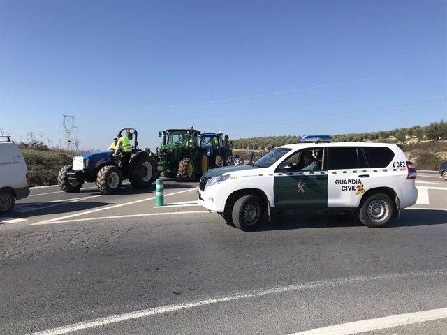 La tractorada, bajo control de la Guardia Civil, se ha desarrollado sin incidentes.