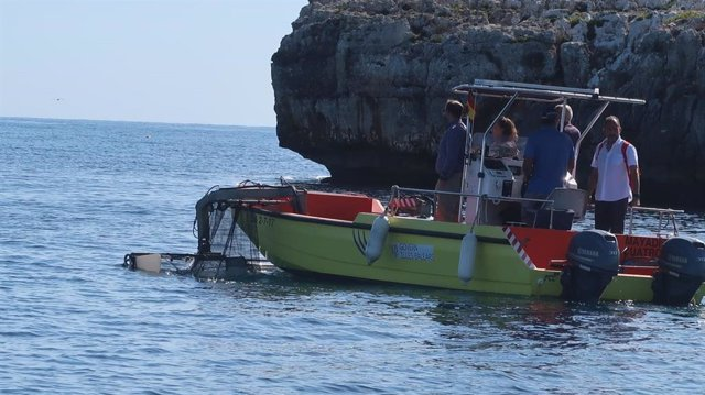 Una embarcación de Limpieza del litoral.