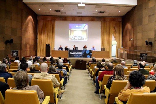 Imagen de la sesión celebrada este viernes en el Hospital Macarena para enfermos hematológicos.