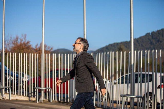 El presidente de Òmnium Cultural, Jordi Cuixart, entra en el recinto de la empresa Aranow (situada en el polígono de Sentmenat), de la que es presidente y fundador, a su llegada desde la prisión barcelonesa de Lledoners (donde permanece desde 16 de octubr