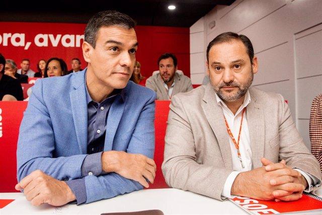 El presidente del Gobierno en funciones, Pedro Sánchez, junto al ministro de Fomento en Funciones, José Luis Ábalos, en la reunión del Comité Federal del PSOE, en Madrid (España) el 28 de septiembre de 2019.