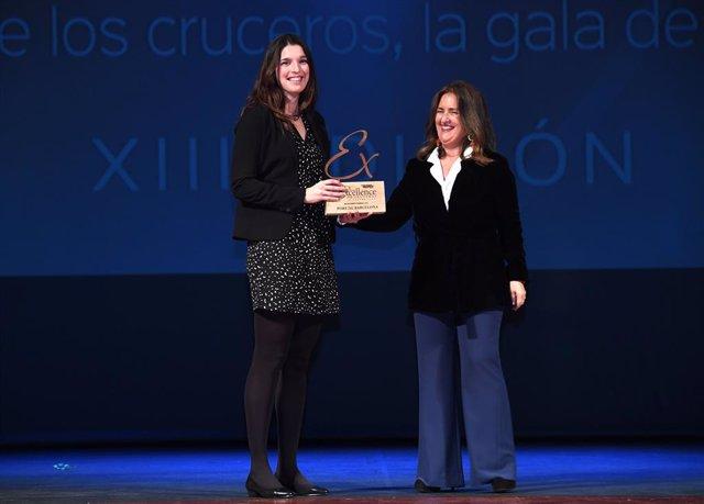 La responsable Cruceros del Puerto de Barcelona, Gemma Gracia, recibiendo el premio de Angustias Lerín, jefa del departamento de Protocolo y Acontecimientos Corporativos de Puertos del Estado