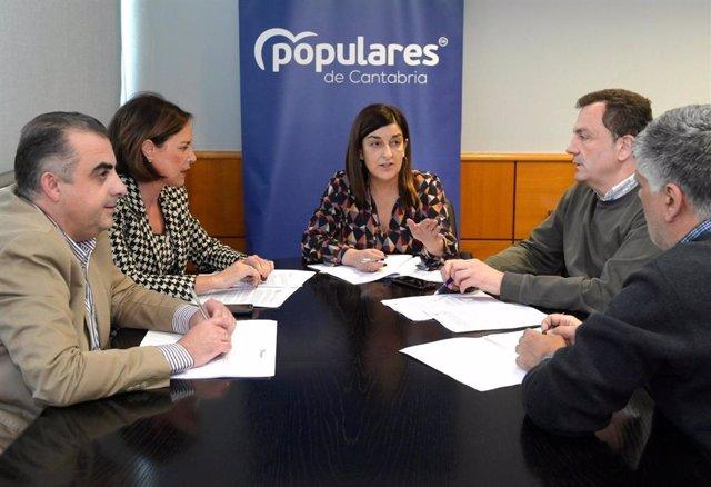 La presidenta del PP de Cantabria, María José Sáenz de Buruaga, y cargos populares