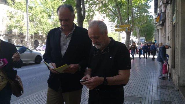 El abogado Fernando Mateas y Bartolomé Cursach, el día en el que el empresario fue a entregar su pasaporte al Juzgado.