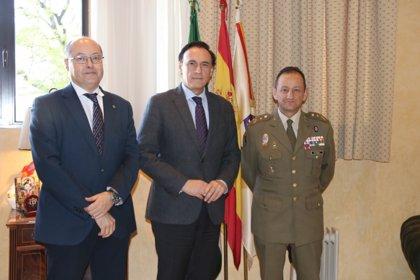 El rector de la Universidad de Córdoba recibe al general Olazábal, nuevo jefe de la Brigada 'Guzmán el Bueno' X