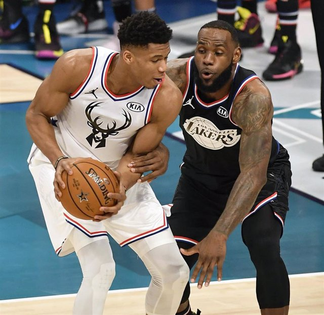 US, Charlotte: Team Giannis' Giannis Antetokounmpo (L), of the Milwaukee Bucks, challenges Team LeBron's LeBron James, of the Los Angeles Lakers during NBA All-Star baskeltaball game between Team Giannis and Team LeBron at the Spectrum Center