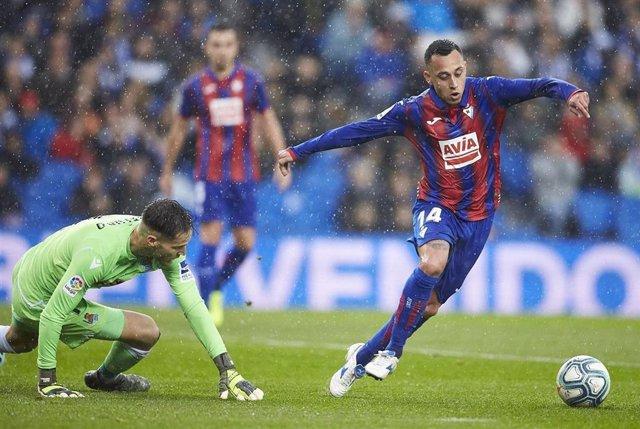 Fabián Orellana, de la SD Eibar, en un partido contra la Real Sociedad.