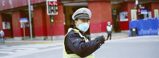 Un policía con una mascarilla en Shanghái.