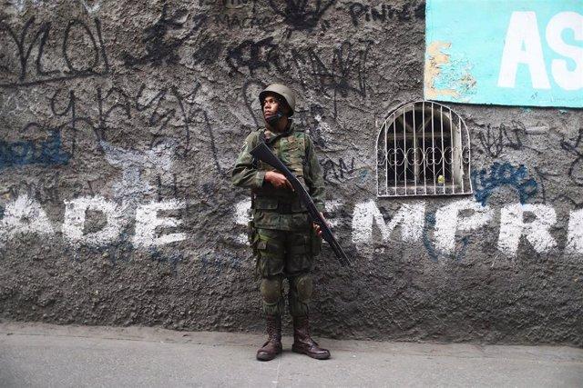 Militar brasileño en una favela de Río de Janeiro